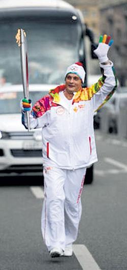...в котором ДОМОГАРОВ нес олимпийский факел по улицам Москвы. Для девушки великоват костюмчик…