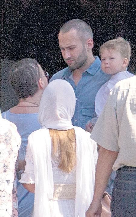 ...Заботливый папа - телеведущий Дмитрий ШЕПЕЛЕВ не спускал Платона с рук (Фото «Тайны звезд»)