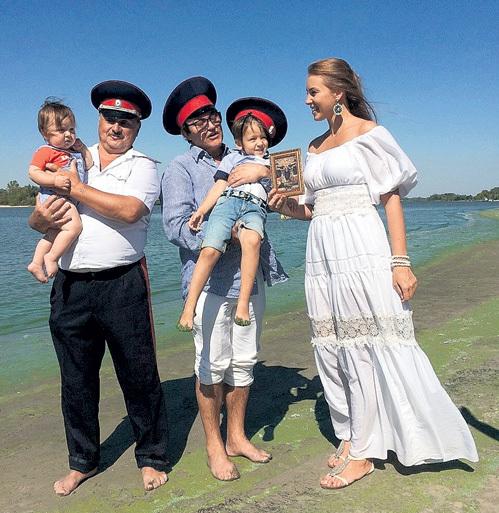Обоих сыновей Полина и Дмитрий ДИБРОВЫ представили казачьему атаману