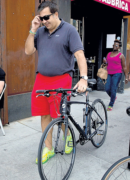 Мишико использует велосипед для борьбы с заметно выросшим животом