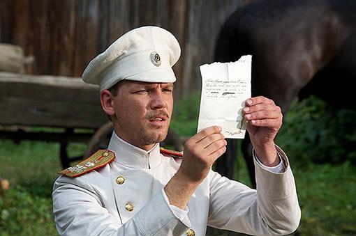 Поручик (латышский актёр Мартис КАЛИТЕ) читает прощальную записку загадочной женщины. Фото: Kino-teatr.ru