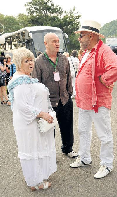 Даже на кинофестиваль в «Орленок» к друзьям Александр почему-то приехал с личным гримером Ольгой МАТВЕЙЧУК. Рядом с ними - Павел КАПЛЕВИЧ, крестный отец его дочери