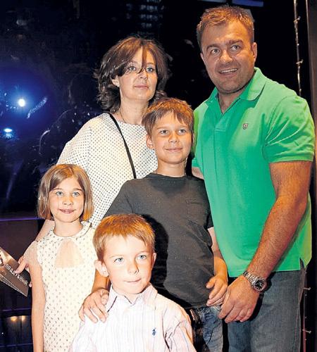 Со второй женой Ольгой ПОРЕЧЕНКОВ завёл троих детей - дочь Марию, сыновей Михаила и Петра