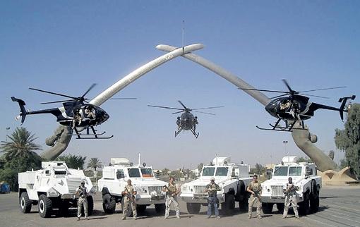 В Афганистане, на Балканах и в ряде других регионов «коммерческие армии» уже гораздо более многочисленны, чем традиционные. На фото - американские наёмники эффектно позируют на фоне знаменитого багдадского монумента из скрещенных сабель