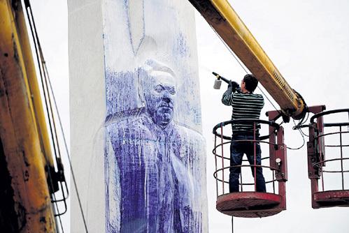 Судя по измазанному краской памятнику, ЕЛЬЦИН не слишком популярен на своей родине