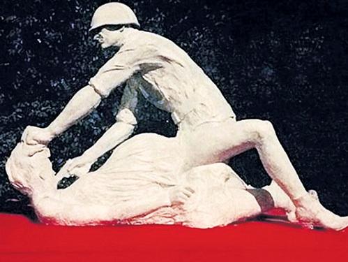 В Гданьске был установлен памятник «Красноармеец насилует беременную польскую женщину». И за этих тварей наши деды проливали кровь? Фото: dziennikbaltycki.pl