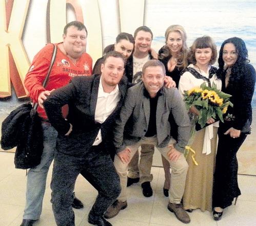 УШАКОВ, Ян ЦАПНИК (сзади, в центре), Елена ВАЛЮШКИНА (вторая справа) и другие участники съёмочной группы на премьере картины «Горько!»