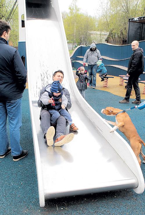 В Парке Горького на горках Паша с сыном резвился, как ребёнок