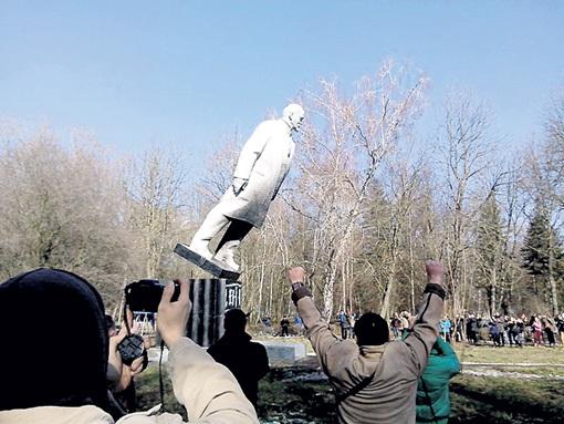 Свидомые радуются падению монументов так, будто в них заключено всё зло. Фото: wikimedia.org