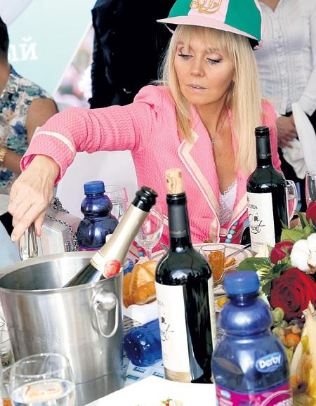 ...и ВАЛЕРИЯ долго смотрели на вино, но дегустация не удалась