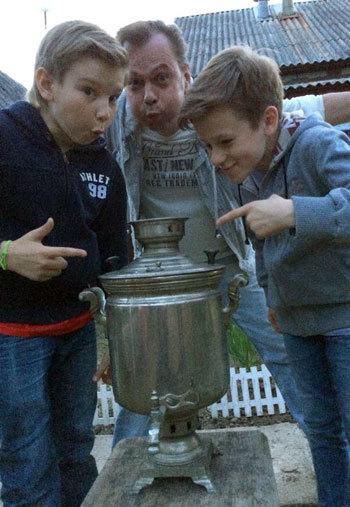 Солисты группы «Джинсовые мальчики» Влади и Андрей помогли дяде Володе раздуть самовар