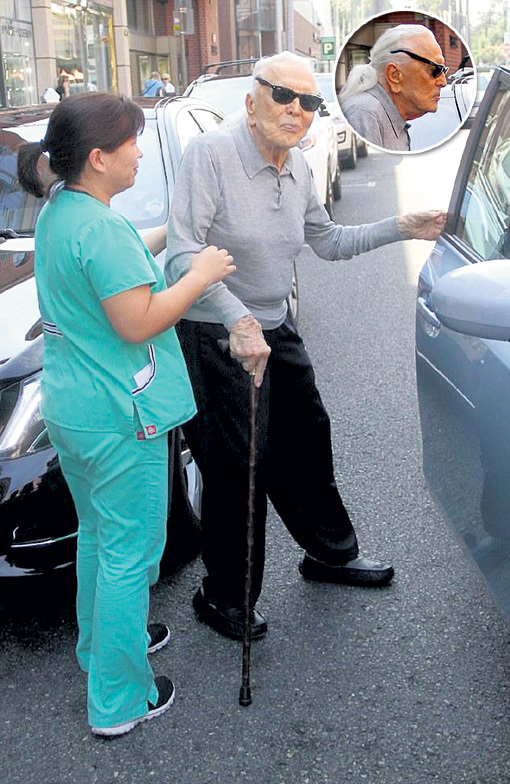 Керк ДУГЛАС регулярно проходит медицинское обследование, после которого медсестра сопровождает патриарха до машины