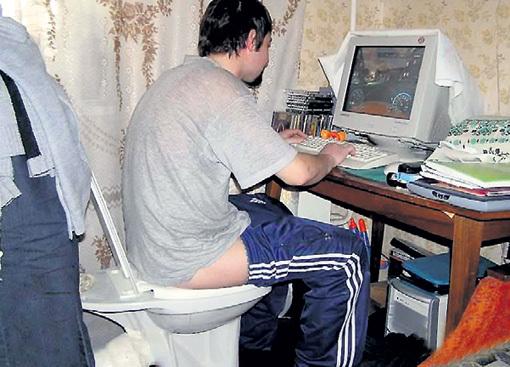 Игроман готов на всё, лишь бы проводить круглые сутки у компьютера. Фото: dofiga.net