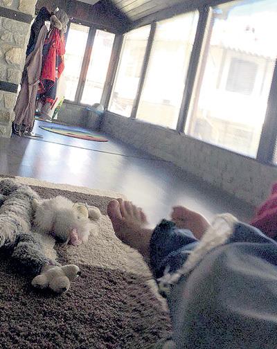 Отдыхая в своём доме в Болгарии, актёр от cкуки фотографирует свои конечности