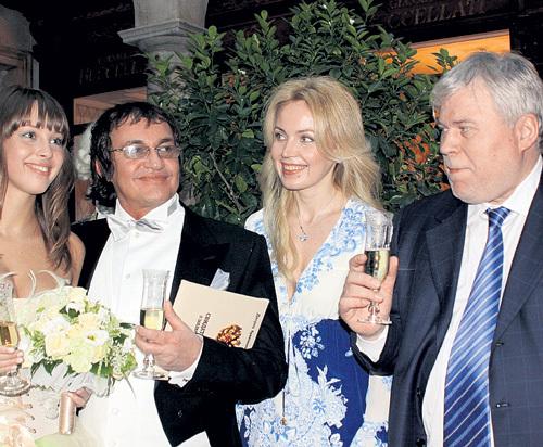 В 2009 году Анатолий КУЧЕРЕНА с супругой пожелали молодожёнам Дмитрию и Полине ДИБРОВЫМ такой же крепкой семьи, как у них
