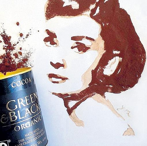 На портрет Одри ХЕПБЕРН автора вдохновили зелёные и чёрные зёрна плодов какао, а волосы кинозвезды сделаны из шоколадного порошка