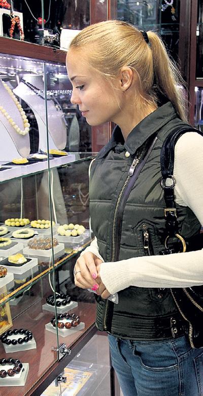 В этом магазинчике актриса присмотрела недорогое, но красивое украшение