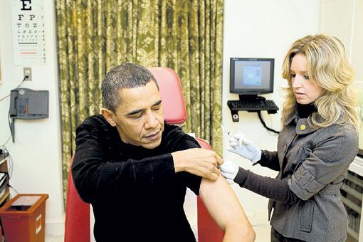 Барак ОБАМА сделал показательную прививку от свиного гриппа в разгар эпидемии. А надо было за месяц до этого