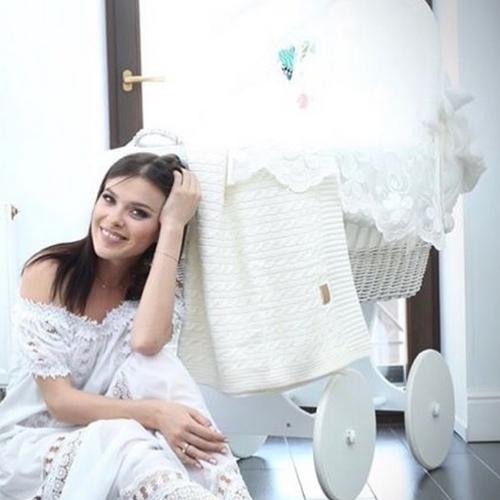 Елена ТЕМНИКОВА на фоне той самой люльки (Фото Instagram.com)