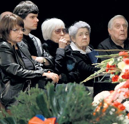 У гроба режиссёра - дочь Ольга, внук Дима, Эмма, вдова Зиновия ГЕРДТА, переводчик с арабского Татьяна ПРАВДИНА и Олег БАСИЛАШВИЛИ