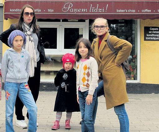 Младшенькая - Маша - растёт очень общительной и быстро подружилась с дочками Чулпан ХАМАТОВОЙ - Асей и Ией. Фото: Facebook.com