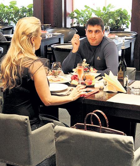 Недавно наш внештатный папарацци застукал экс-«блестяшку» в пафосном ресторане с приятным незнакомцем