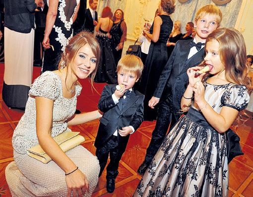 В перерывах между съёмками БАРАНОВСКАЯ проводит время с детьми и недоумевает, почему Андрей про них напрочь забыл