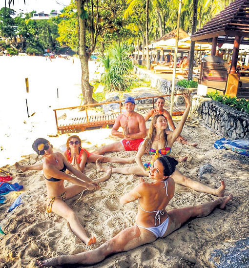 С друзьями на отдыхе в Таиланде (МИНГАЗЕТДИНОВА - крайняя слева). Фото: Instagram.com