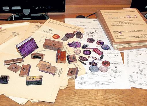 ...продемонстрировал бланки и печати... Фото с сайта Kprf.ru