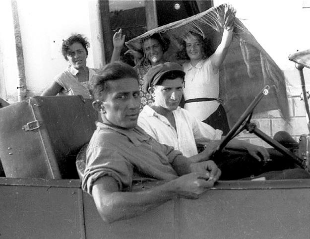 Сын СТАЛИНА - Яков (на переднем плане) на отдыхе в конце 30-х годов