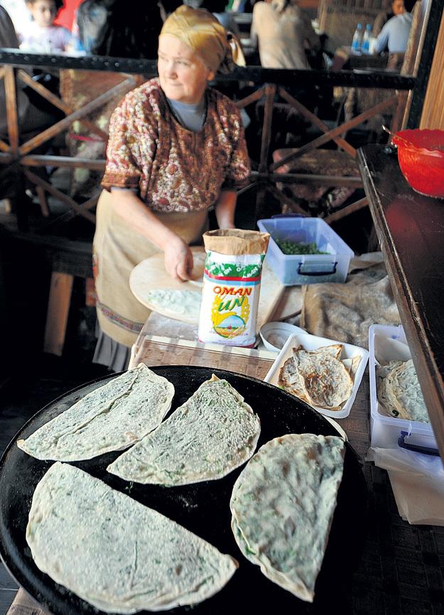 Кутабы - плоские лепёшки с мясом или сыром с зеленью - готовят прямо при вас. Фото Анатолия ЖДАНОВА/«Комсомольская правда»