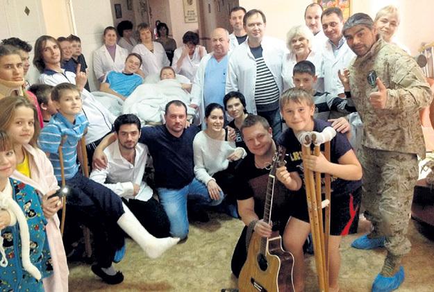 Этот снимок сделан во время недавней поездки гитариста на Донбасс