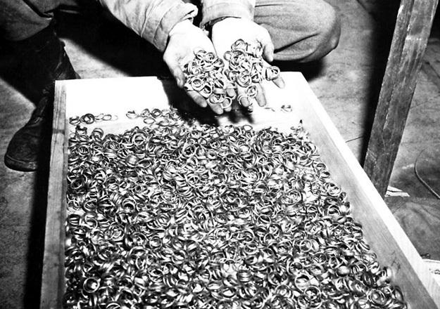 Кольца, отобранные у заключённых, переплавлялись в золотые бруски для швейцарских подвалов