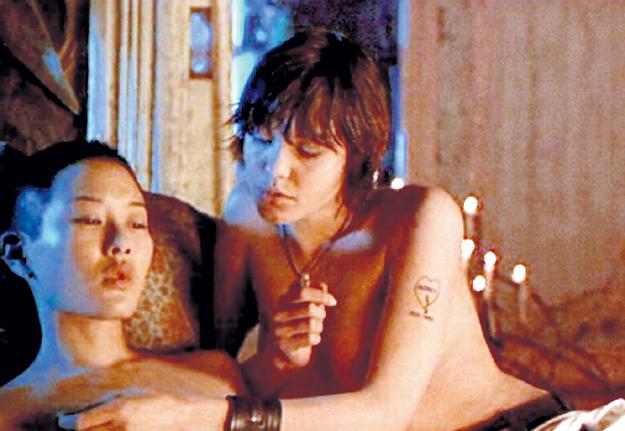 Дженни ШИМИЦУ была без ума от ласковых губ ДЖОЛИ (кадр из фильма «Джиа»)
