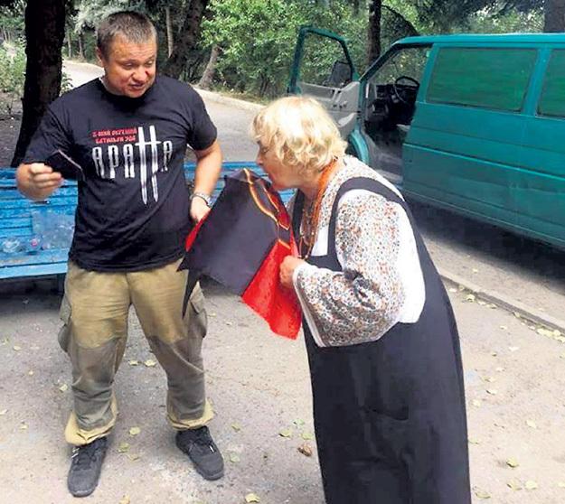 …и целует вонючий флаг «Правого сектора» (Запрещённая в России организация). Фото: Twitter.com