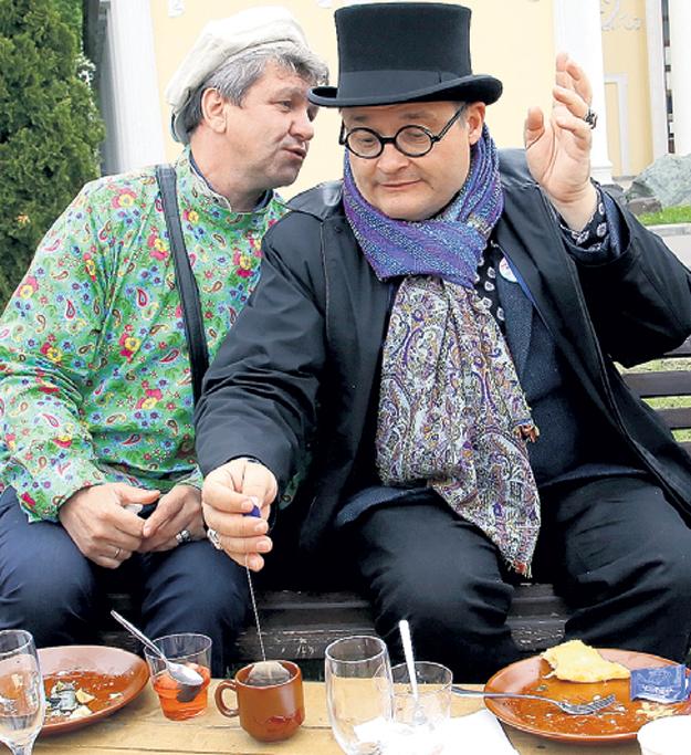 Странно, что утончённый историк моды Александр ВАСИЛЬЕВ готов заваривать чай в пакетиках - чаще всего в них сыплют отходы производства