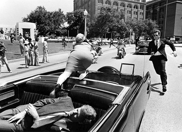 Телохранитель Жаклин КЕННЕДИ Клинт ХИЛЛ (бежит к машине) во время расследования выдаст странную версию: это она не из машины пыталась выбраться, а хотела подобрать отлетевшую часть черепа мужа