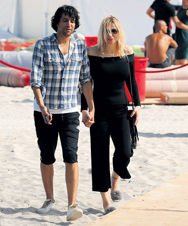 ...и продолжил знакомство с её прелестями на пляже Майами