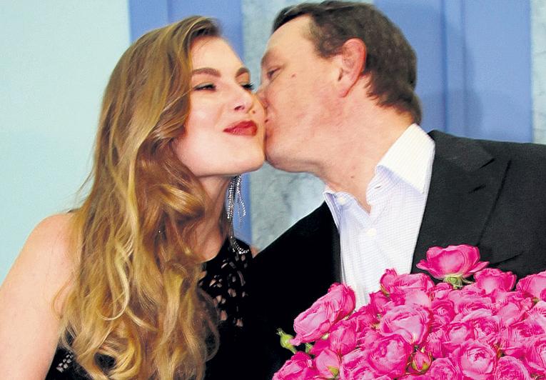 ...и расцеловал свою Лизу. Их свадьба назначена на июнь 2017-го