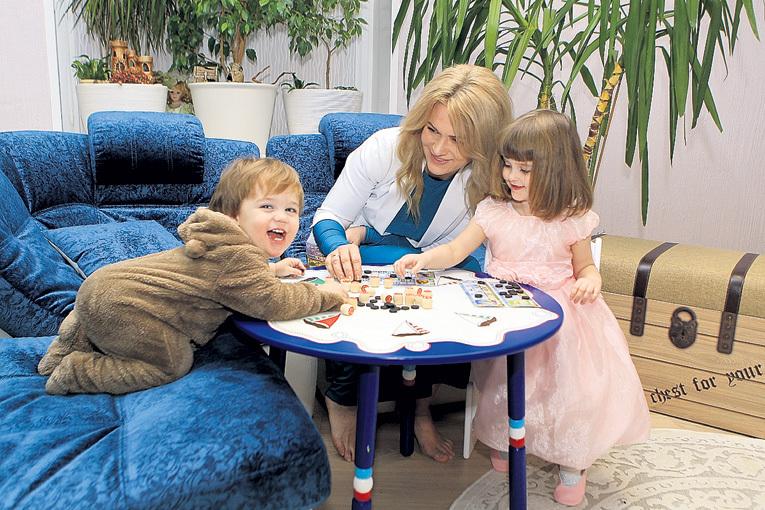 Машенька и Ванечка обожают играть с мамой в лото