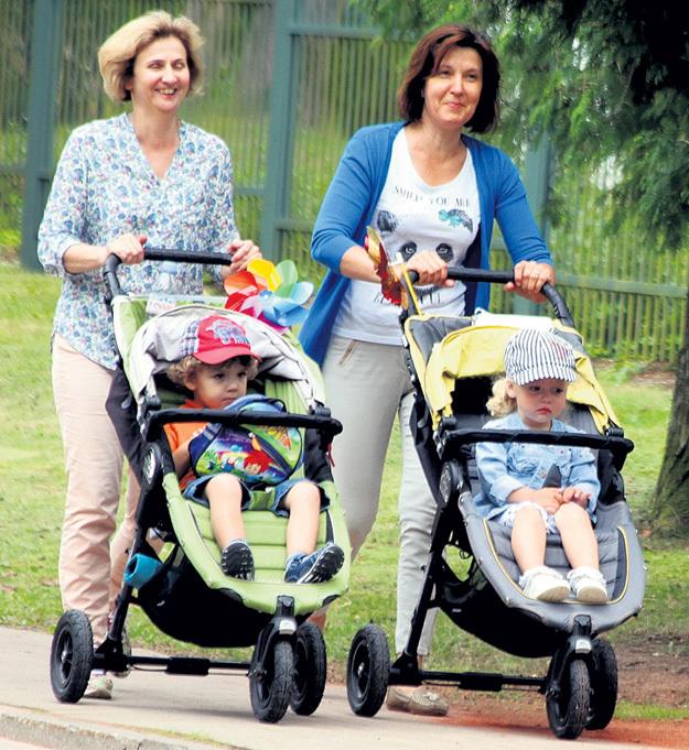 На прогулках с малышами опытные няни Татьяна и Валентина не просто катят коляски, а рассказывают подопечным обо всём вокруг, развивая наблюдательность