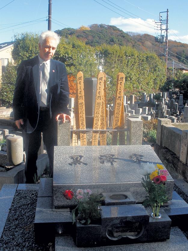 ВАСИЛЬЕВ на могиле КУРОСАВЫ в пригороде Токио