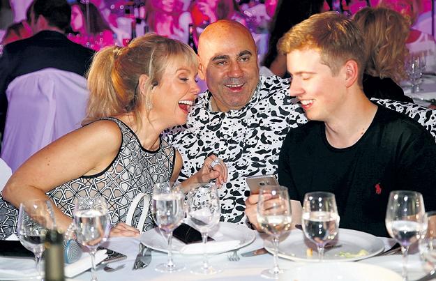 Сейчас певица счастлива с продюсером ПРИГОЖИНЫМ (рядом с ним на фото её старший сын от ШУЛЬГИНА Артём)