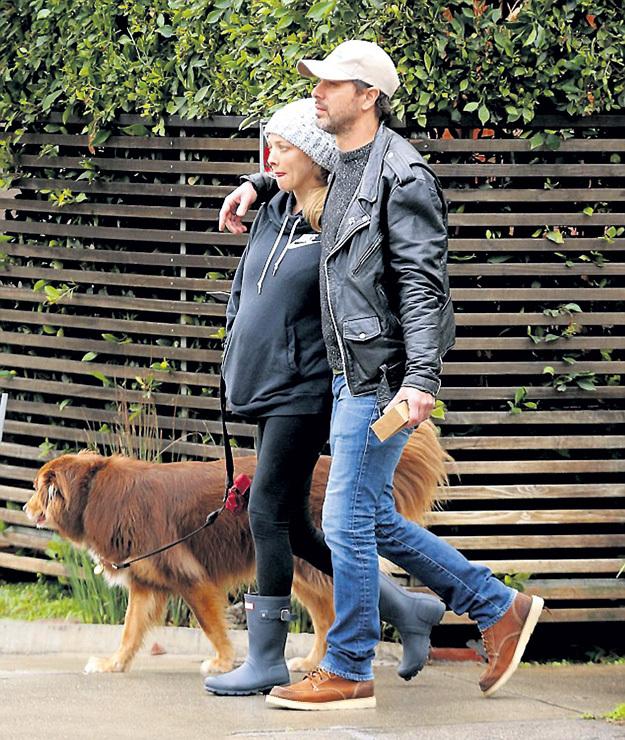 Аманда СЕЙФРИД, Томас САДОСКИ и Финн понимают, что для беременной женщины прогулки на свежем воздухе жизненно важны