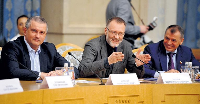МИХЕЕВ активно работает с главой Крыма Сергеем АКСЁНОВЫМ (слева) и председателем Госсовета полуострова Владимиром КОНСТАНТИНОВЫМ (справа)