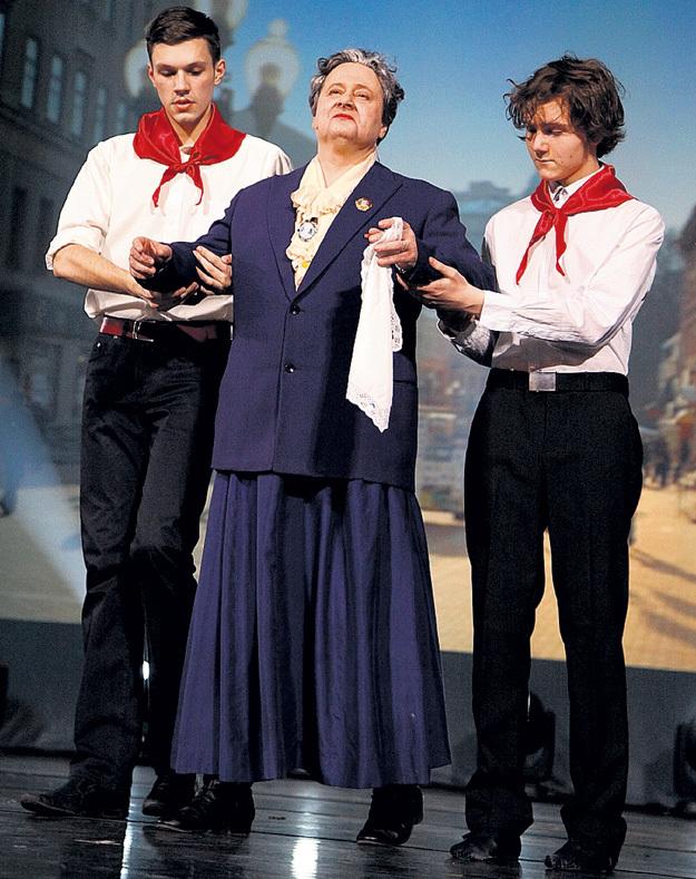 Эдуарду РАДЗЮКЕВИЧУ понравилось изображать предводительницу Всероссийского театрального общества ЯБЛОЧКИНУ
