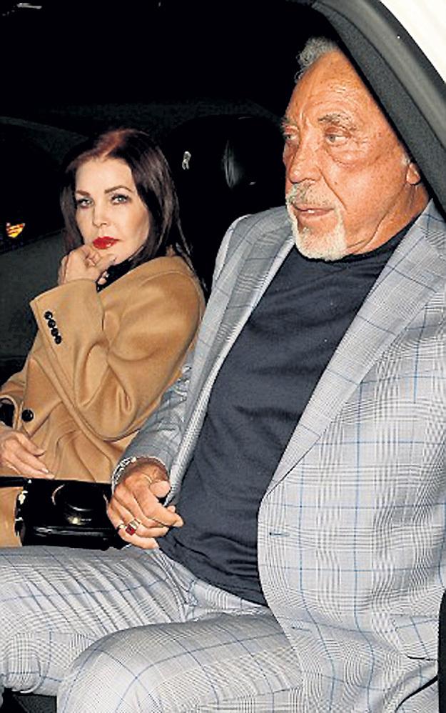 На ужин в ресторан в Западном Голливуде Присцилла и Том прибыли на белом «роллс-ройсе», как и подобает вдове короля рок-н-ролла и легендарному певцу