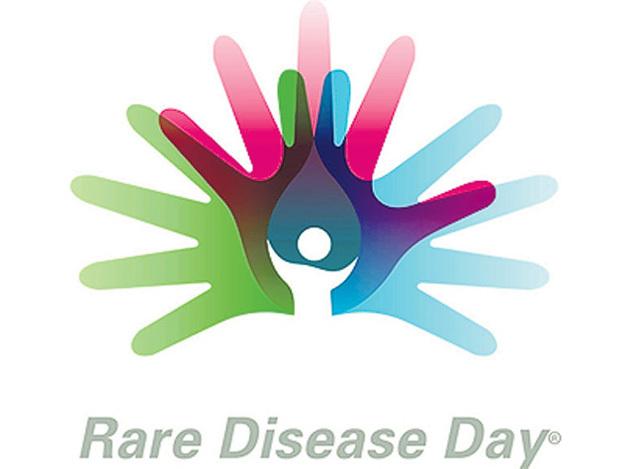 Поднятые в знак солидарности разноцветные ладошки - символ Дня редких болезней