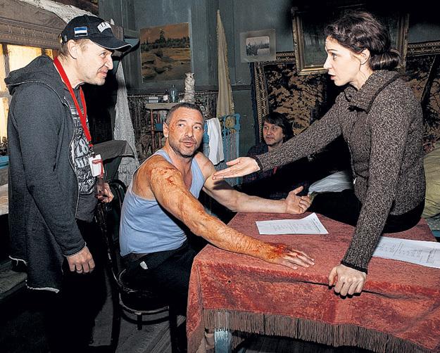 Наш герой на съёмках сериала с Максимом ДРОЗДОМ (в центре), в честь которого назвал младшего сына. Фото: Пресс-служба Первого канала