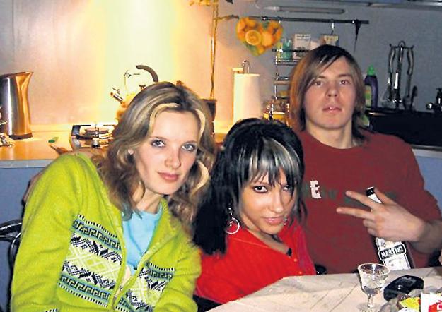 Будущая звезда «Евровидения» (в центре) обожает посиделки с друзьями. Фото: Vk.com
